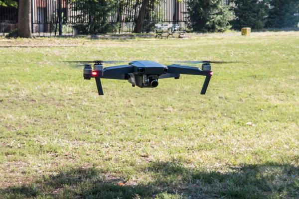 Квадрокоптер DJI Mavic Pro в полете